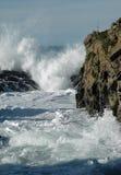 Ondas y rocas que causan un crash Foto de archivo libre de regalías