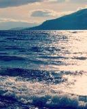 Ondas y sol en el lago Imagenes de archivo