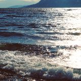 Ondas y sol en el lago Imágenes de archivo libres de regalías