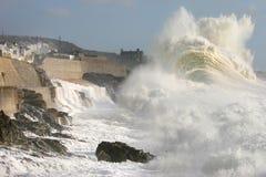 Onde énorme pendant une tempête à Photos libres de droits