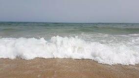 Onde al rallentatore sulla spiaggia del mar Mediterraneo in Tunisia video d archivio