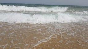 Onde al rallentatore sulla spiaggia del mar Mediterraneo in Tunisia stock footage