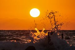 Onde al tramonto fotografie stock