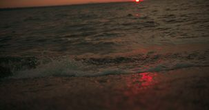 Onde al tramonto al rallentatore, pentola giù dal cielo ad acqua a 25 fps video d archivio