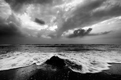 Onde alla spiaggia Immagini Stock