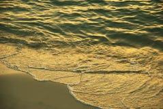 Onde alla spiaggia Fotografia Stock Libera da Diritti