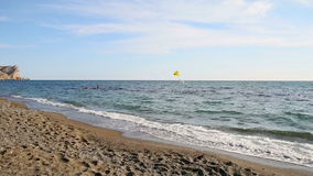 Onde alla spiaggia stock footage