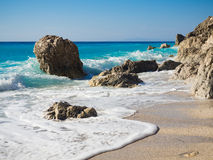 Onde alla spiaggia di Calamitsi su Leucade Immagine Stock