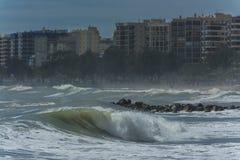 Onde alla spiaggia un giorno ventoso fotografie stock
