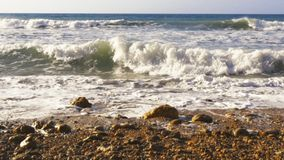 Onde atlantiche che si schiantano sulla costa rocciosa stock footage