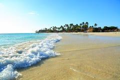 Onde bianche del turchese e della spiaggia di sabbia aruba immagini stock libere da diritti