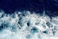 Onde blu del mare con molta schiuma del mare Immagini Stock