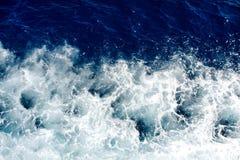 Onde blu del mare con molta schiuma del mare Fotografia Stock Libera da Diritti