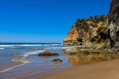 Onde che arrivano a fiumi sulla spiaggia dell'Oregon, U.S.A. Fotografia Stock