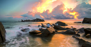 Onde che avvolgono contro le rocce in Pantai Penunjuk, Kijal, Terengganu Immagine Stock