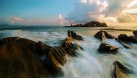 Onde che avvolgono contro le rocce in Pantai Penunjuk, Kijal, Terengganu Fotografia Stock Libera da Diritti