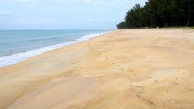 Onde che colpiscono il puntello Onda molle del mare blu sulla spiaggia sabbiosa Fondo Mare caldo giallo di estate e della sabbia  stock footage