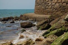 Onde che colpiscono le rocce Immagini Stock Libere da Diritti