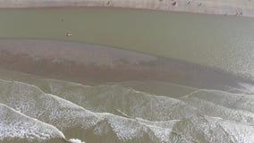 Onde che raggiungono la costa e che si rompono sulla banca della sabbia stock footage