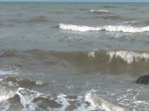 Onde che rotolano sulla spiaggia video d archivio