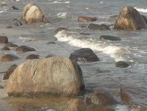 Onde che rotolano sulla spiaggia stock footage