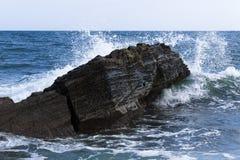 Onde che si arrestano sulle rocce Fotografie Stock Libere da Diritti