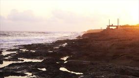 Onde che si rompono contro le rocce sul litorale del mare video d archivio