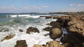 Onde che si rompono contro le rocce sul litorale del mare archivi video
