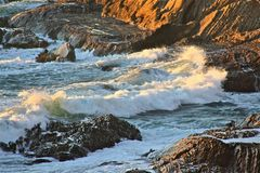 Onde che si rompono sopra le rocce 7 Fotografie Stock Libere da Diritti