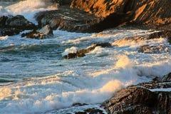 Onde che si rompono sopra le rocce 13 Fotografia Stock