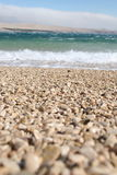 Onde che si rompono su una spiaggia dell'assicella immagini stock libere da diritti
