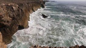 Onde che si rompono sul litorale roccioso stock footage