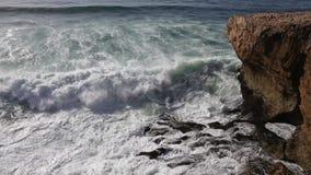 Onde che si rompono sul litorale roccioso video d archivio