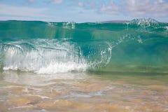 Onde che si rompono sul puntello di grande spiaggia Fotografia Stock Libera da Diritti