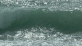 Onde che si rompono sulla spiaggia archivi video