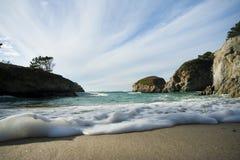 Onde che si rompono sulla spiaggia sabbiosa Immagini Stock Libere da Diritti