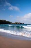 Onde che si schiantano ad una spiaggia scozzese immagine stock libera da diritti