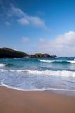 Onde che si schiantano ad una spiaggia scozzese fotografia stock