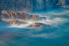 Onde che si schiantano contro la roccia compatta sul bretone del capo fotografie stock