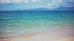 Onde che si schiantano delicatamente sulla spiaggia sabbiosa calma in Koh Samui 1920x1080 stock footage