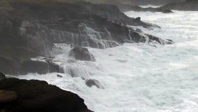 Onde che si schiantano in Lava Rock Shore Depoe Bay Oregon video d archivio
