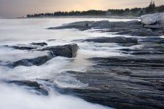 Onde che si schiantano in Maine fotografie stock libere da diritti