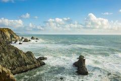 Onde che si schiantano sopra le rocce sulla costa di California vicino a San Francisco fotografia stock libera da diritti