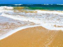Onde che si schiantano su una spiaggia immagine stock
