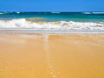 Onde che si schiantano su una spiaggia fotografia stock