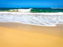 Onde che si schiantano su una spiaggia immagine stock libera da diritti