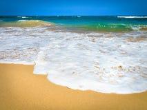 Onde che si schiantano su una spiaggia fotografia stock libera da diritti