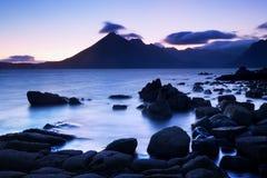 Onde che si schiantano sul litorale con il cielo drammatico lunatico a Elgol sull'isola di Skye, Scozia, Regno Unito fotografia stock