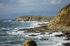 Onde che si schiantano sulla costa di California vicino a San Francisco immagini stock