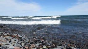 Onde che si schiantano sulla riva del nord del lago Superiore archivi video